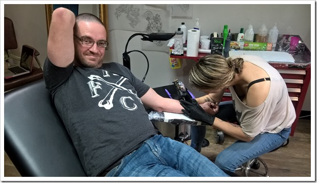 Lucy Webster inking a tattoo.